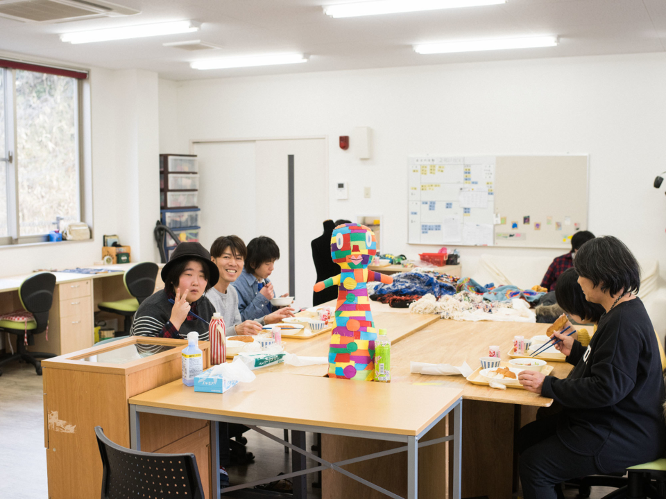 (About the photo)Studio Cotton, in contrast to Atelier Korobokkur with its mostly male members, is composed entirely of women, from the members to the staff. Every day, while engaged in artistic endeavors like embroidery, sashiko (traditional Japanese quilting), weaving, and painting, they have lively girl talks.