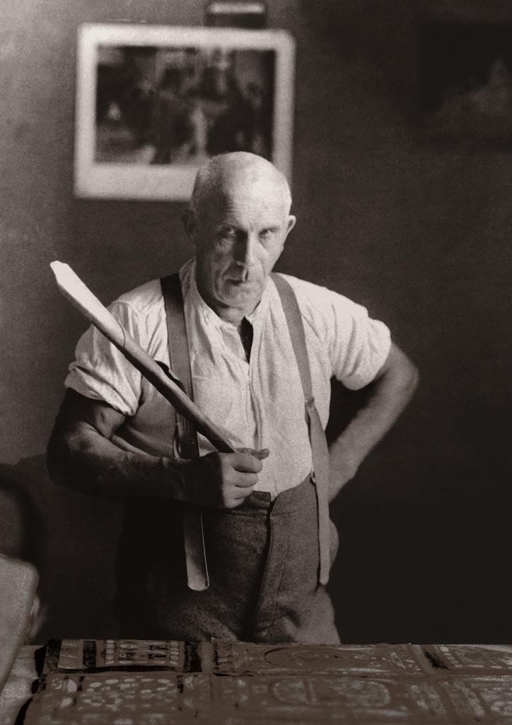 (写真について)紙のトランペットを持つアドルフ・ヴェルフリ、1926年 ©Adolf Wölfli Foundation, Museum of Fine Arts Bern