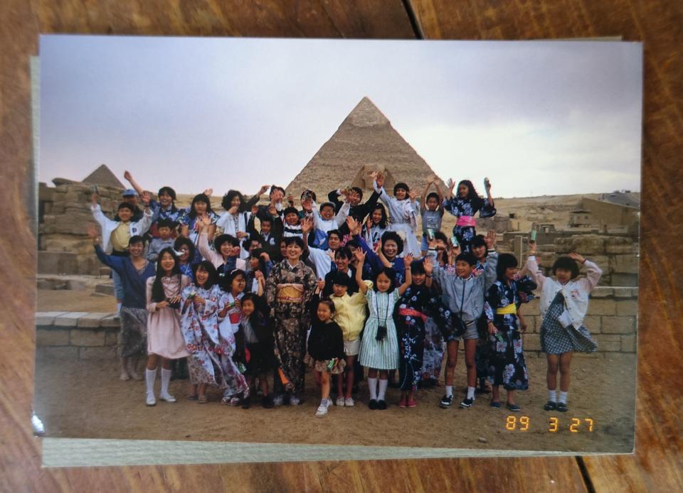 (写真について)多くの子どもたちと訪れたエジプトのピラミッドの前で。