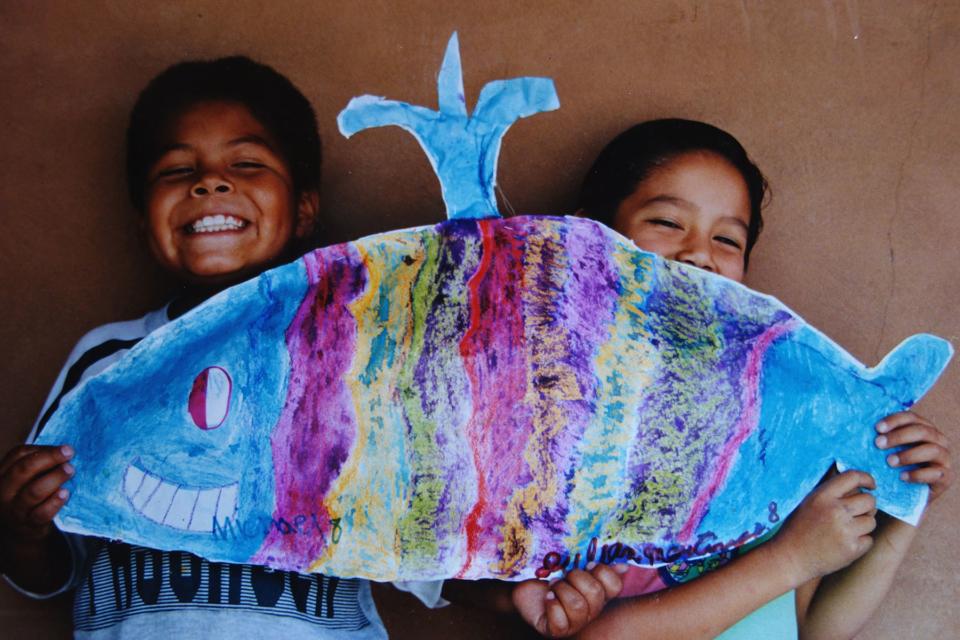 (写真について)サン・フォアンプエブロでペーパークッションのクジラを作った男の子たち、紙の中のつめ物は新聞紙を丸めたもの。