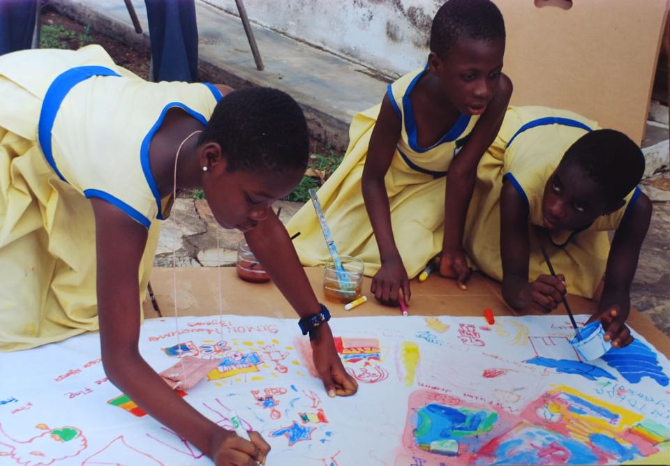 (写真について)2008年、訪れたガーナ共和国でのマンダラ作りのワークショップ。