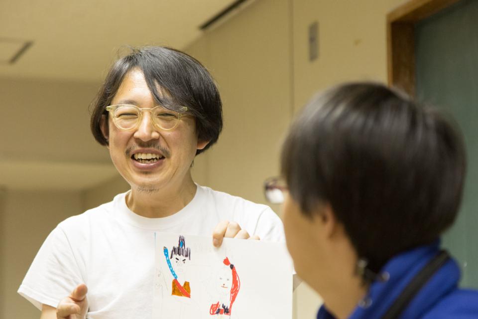 (写真について)赤荻洋子さん(上)と赤荻徹さん(下)。3人の子どもたちも一緒にアトリエに参加する。