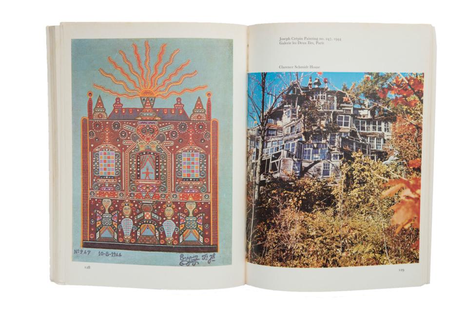 (写真について)『アウトサイダー・アート』より。左ページは、フランスのトタン屋根職人で民間医療施術者、65歳から絵を描き始めた霊媒画家、ジョゼフ・クレパン(1875-1948)の作品。右ページは、もともと左官・石工の仕事をしていたクラレンス・シュミット(1897-1978)が、ウッドストックの丘の斜面に廃材で建てた7階建て35室のガラス張りの家「ミラーハウス」。