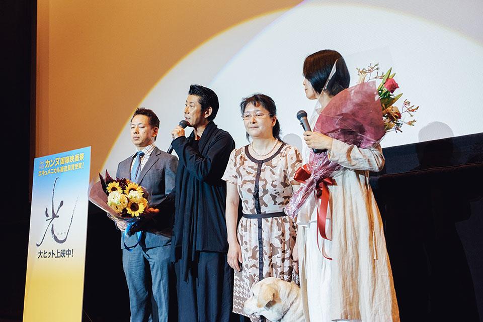 (写真について)新宿バルト9で行われた舞台挨拶。永瀬さんの役作りをサポートされた大谷重司さん(写真左)、映画にも出演された田中正子さん(写真右から2番目)が花束を持って駆けつけた。