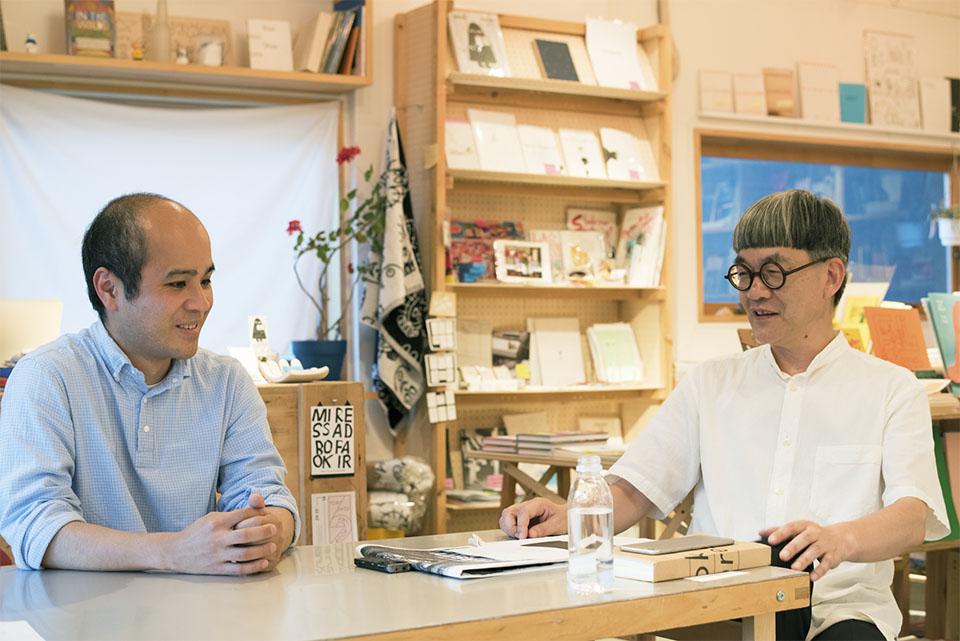 (写真について)対談場所はミヤギさんがスタッフとしても席を置く、 東京・青山にあるセレクトブックショップ、ユトレヒトにて。