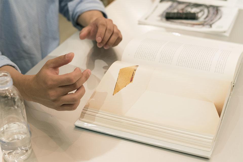 (写真について)アルヴィン・バルトロップ同様に、ミヤギさんが影響を受けたという 現代美術作家のフェリックス・ゴンザレス=トレスの写真集『FELIX GONZALEZ – TORRES』。