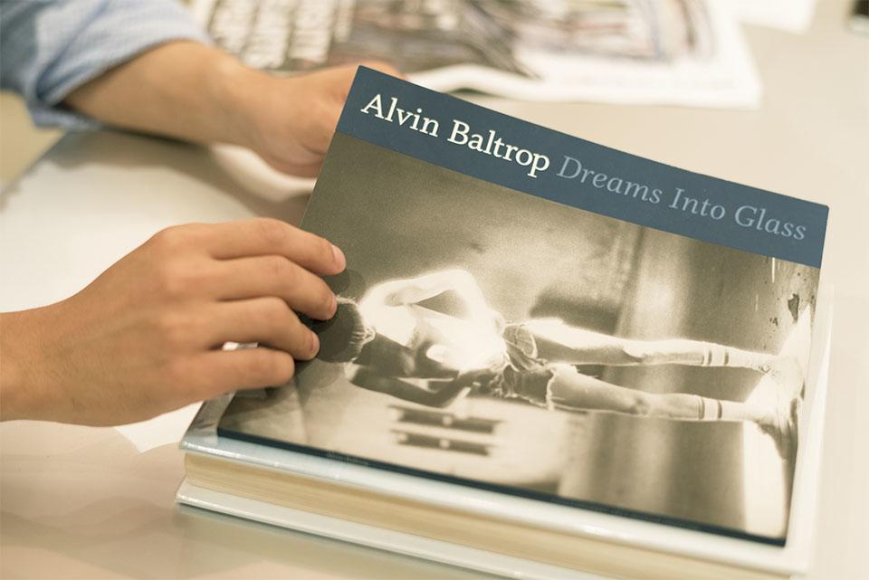 (写真について)文中にもあるようにミヤギさんが影響を受けたという、 アルヴィン・バルトロップの写真集『Dreams Into Glass』。