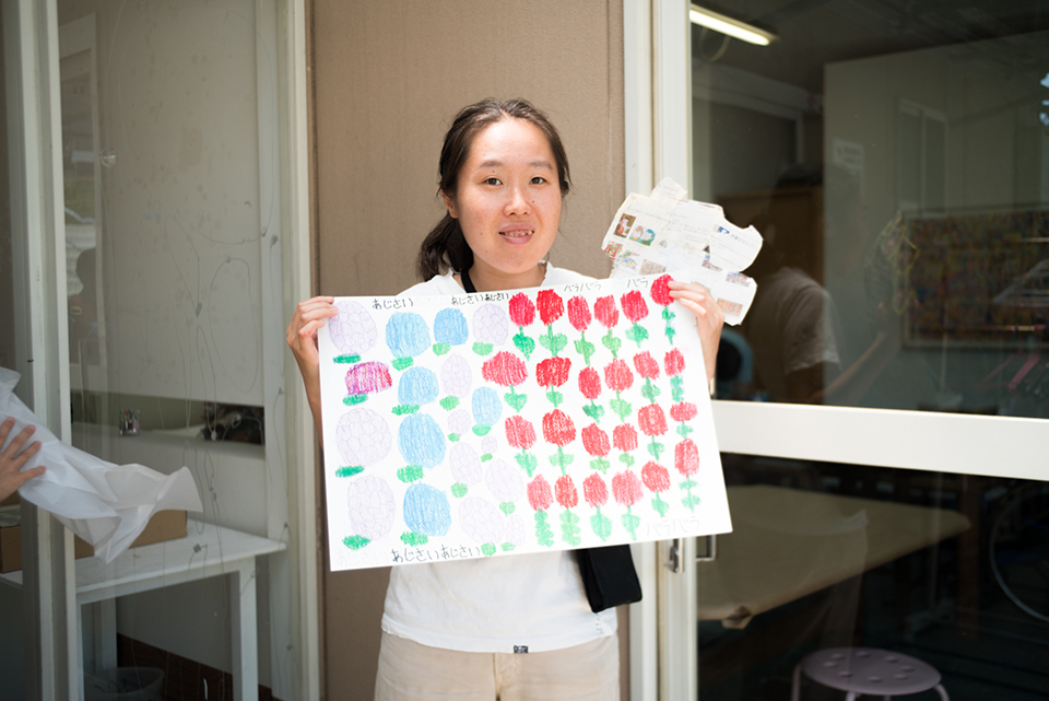 (写真について)大倉史子さん。屋外の壁も彼女のキャンバスになる。