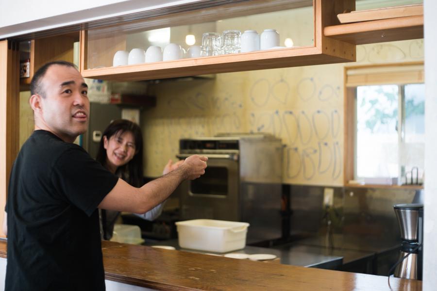 (写真について)〈工房集〉のアーティスト・柴田鋭一さん(左)と管理者の宮本恵美さん(右)。