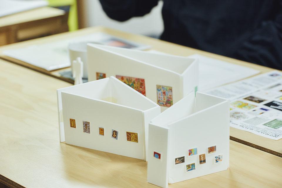 (写真について)会場の作品の配置を考えるために作成した模型。