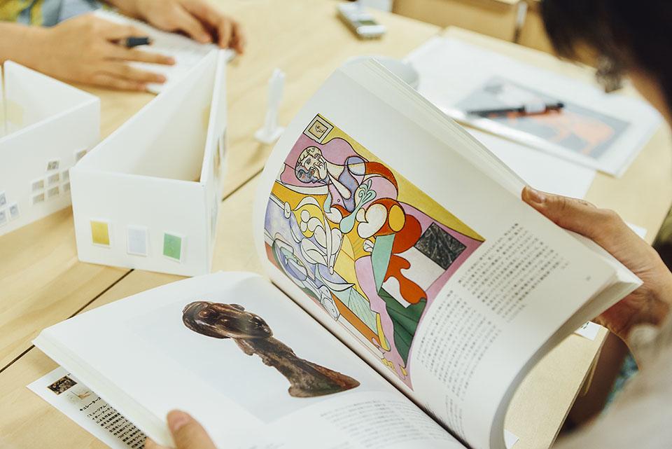 (写真について)パブロ・ピカソの展覧会図録。「人体を描く作家も何人か参加しますが、どこかピカソが残した匂いを感じられる」とロジャーさん。