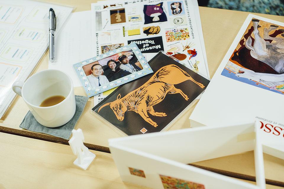(写真について)渡邊義紘さんの切り紙作品と、ロジャーさんが彼の制作場所に訪れた際に一緒に写った写真。ロジャーさんが訪問した後、彼のお母さんからお手紙と一緒に届いた。