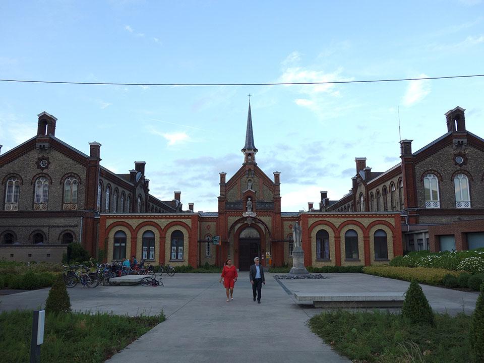 (写真について)展覧会会場となった、ベルキーのギスラン博士博物館。