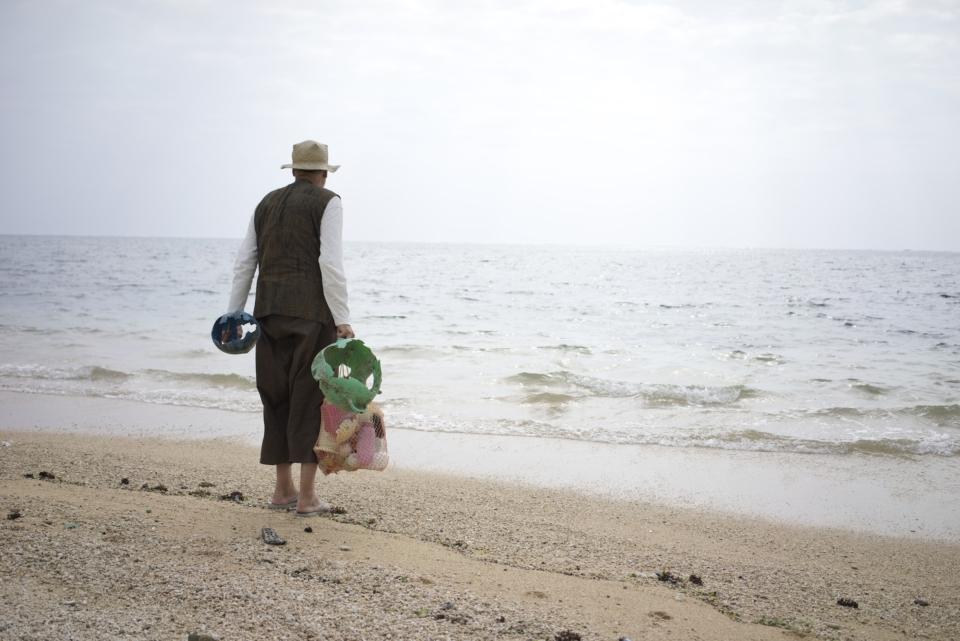 (写真について)石垣島のビーチでゴミを拾うヨーガン レール