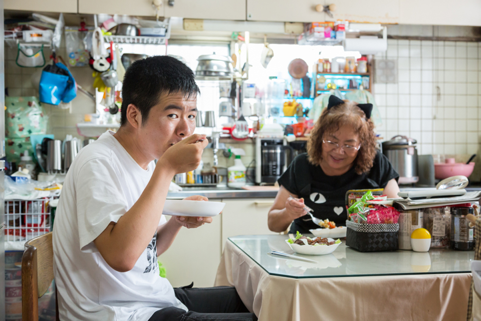 (About the photo)Yoshihiro scoffing-down his mother's curry while watching anime.