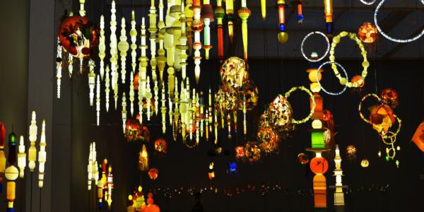 ヨーガン レールが晩年つくり続けた、廃品から生まれた美しい照明たち。金沢21世紀美術館(石川県・金沢市)にて「ヨーガン レール 文明の終わり」展開催中