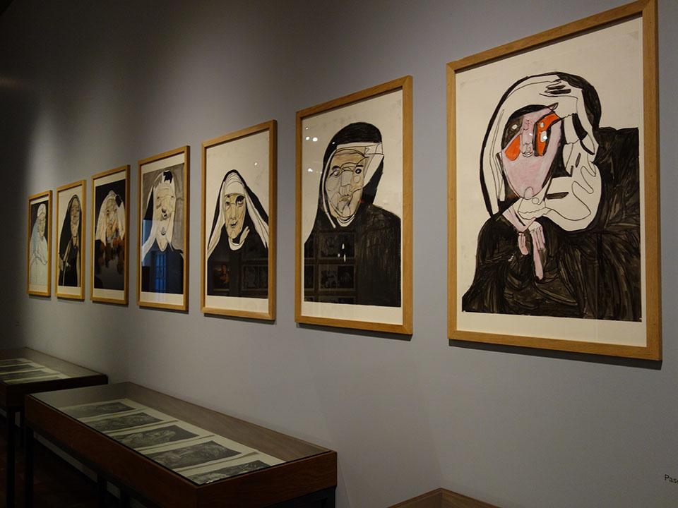 (写真について)ジェラールさんの最も初期の作品。枢機卿やシスターを描いている。