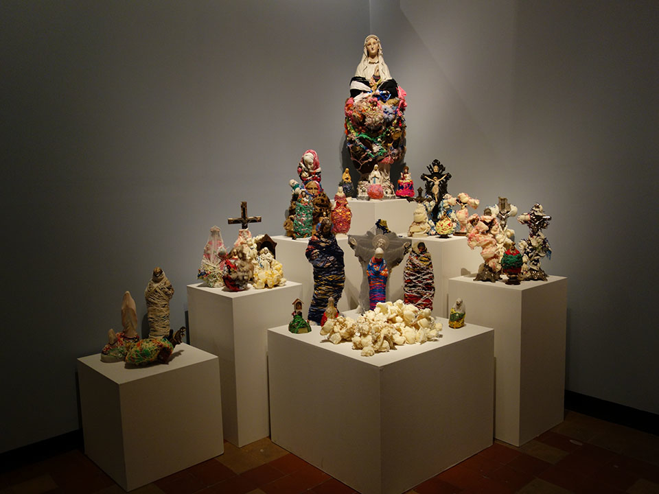 (写真について)さまざまなアーティストが「宗教」をテーマに作品を制作した「アベルヤ」展の一部。