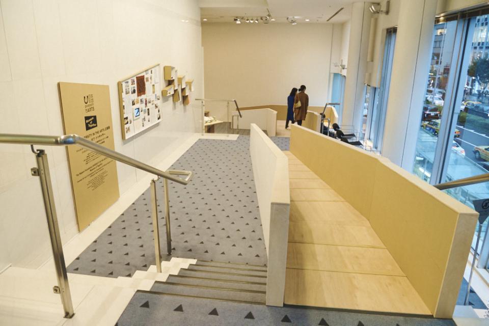 (写真について)エスプラナードに設置したスロープ。左側は、「キュレーターの壁」としてキュレーションのアイデアやプロセスを紹介している。