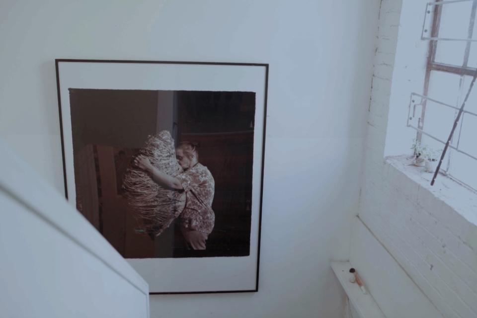 (写真について)スタジオの階段に飾られていた、クリエイティブ・グロースを代表するアーティスト、ジュディス・スコットの写真。ジュディスは、2005年に他界している。