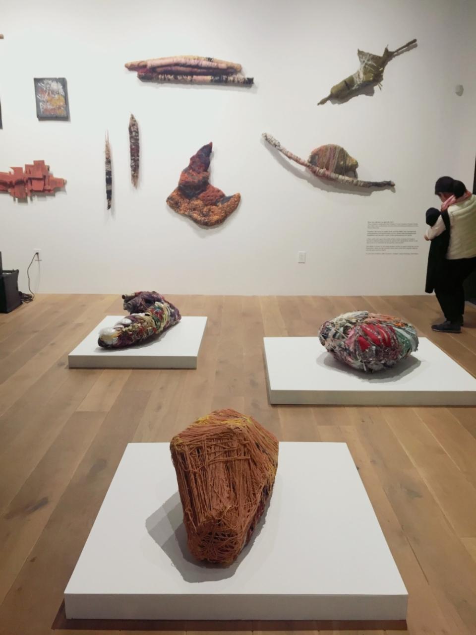 (写真について)サンフランシスコのギャラリー〈836M〉にて開催されていた、クリエイティブ・グロース・アートセンターのアーティスト、ジュディス・スコット(写真)と、ダン・ミラーの展覧会。