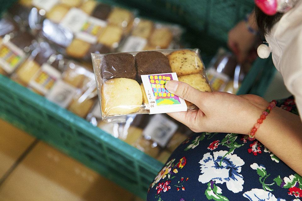 (写真について)アトリエ内で制作しているクッキーのラベルにはメンバーの作品を使用している。