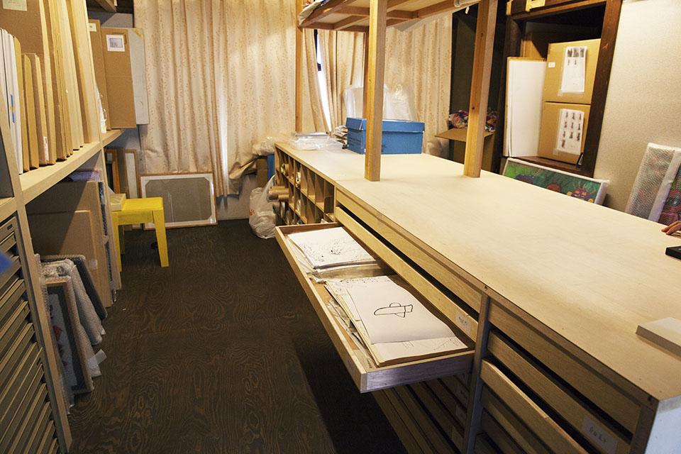 (写真について)白岩さんはメンバーが描いた作品はどんな小さなものも収蔵庫に保管している。