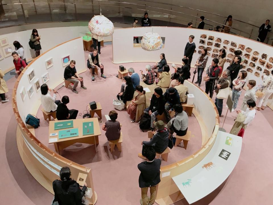 (写真について)展覧会開催2日目のアーティスト・トークより。(*)