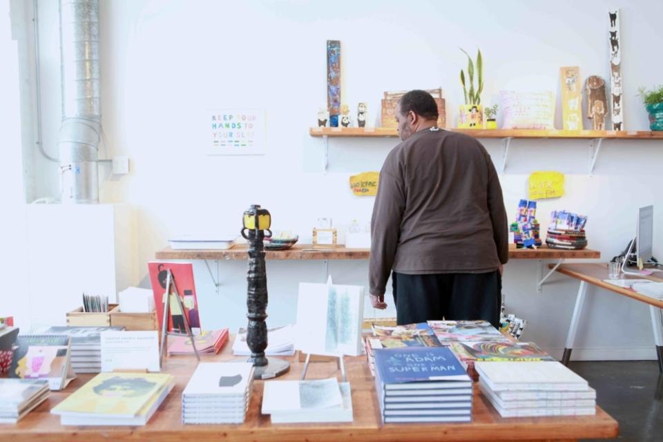 (写真について)ギャラリーでは、作品をもとにしたTシャツやグッズ、アートブック、創刊したばかりの雑誌などが購入できる。