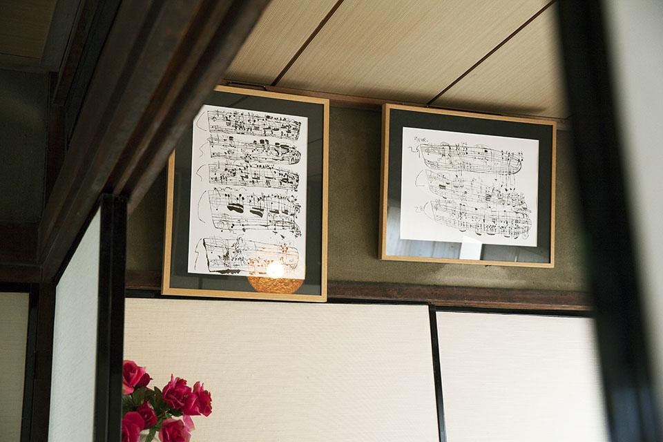(写真について)楽譜をモチーフにした作品を描く西岡弘治さん。アトリエでは最年長で「巨匠」のニックネームも。