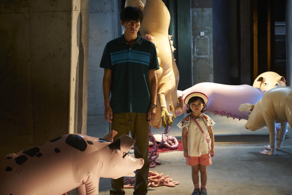 (写真について)映画『光』より。サエボーグの作品の中に佇む信之と娘 ©三浦しをん/集英社・©2017『光』製作委員会