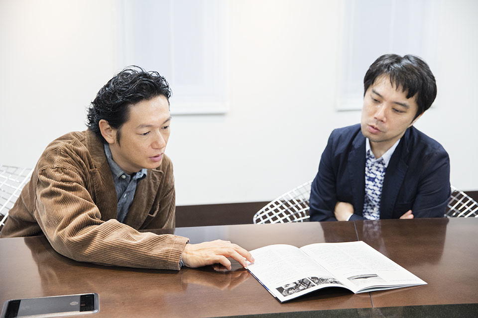 (写真について)映画『光』の資料を見直す井浦さんと保坂さん。