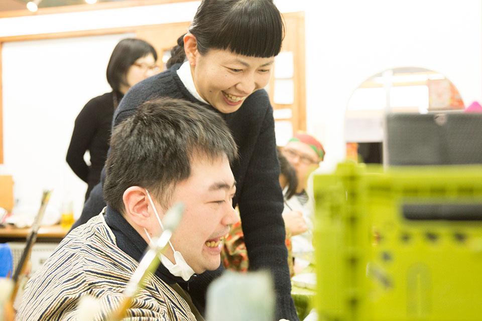 (写真について)ミロコマチコさん(奥)とメンバーの福地さん(手前)。