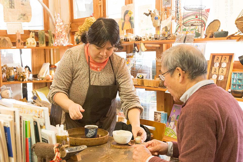 (写真について)喫茶の「絶対的マスター」だという沼舘さんは、常連さんの「いつもの」注文を熟知。