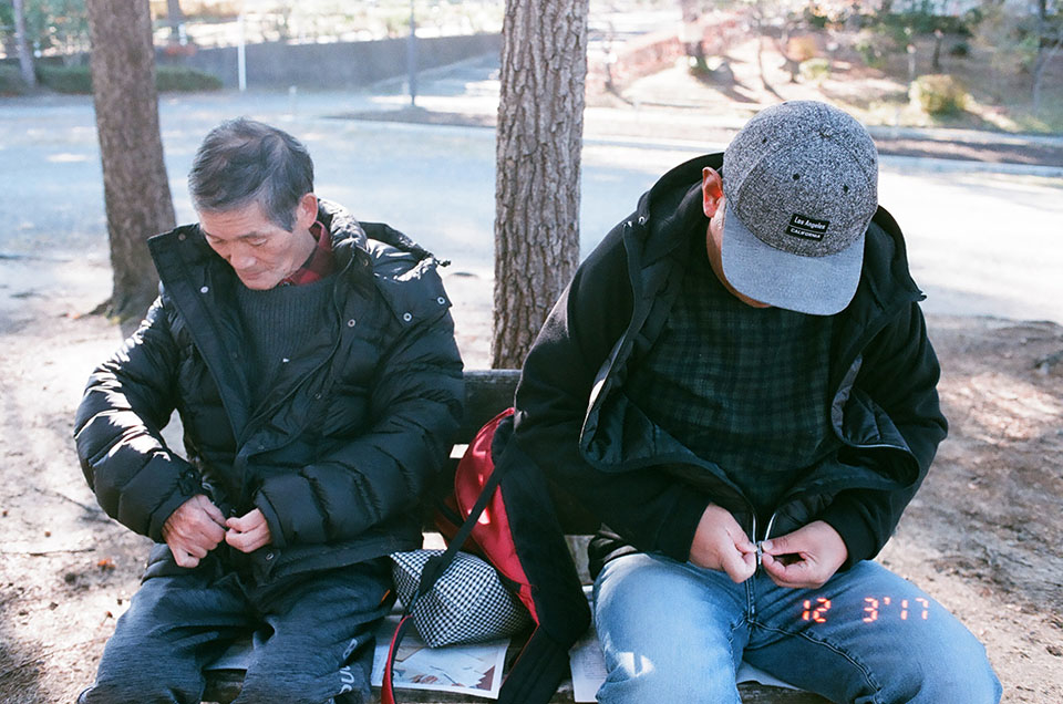 (About the photo)Takeru and Takeo taking a break after their daily walk in the park.