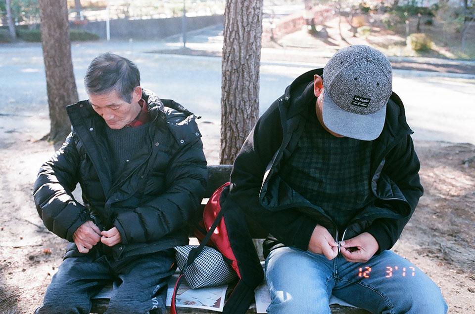 (写真について)尊さんは、父・武夫さんと日課の散歩をしに公園へ。散歩を終えて一息。
