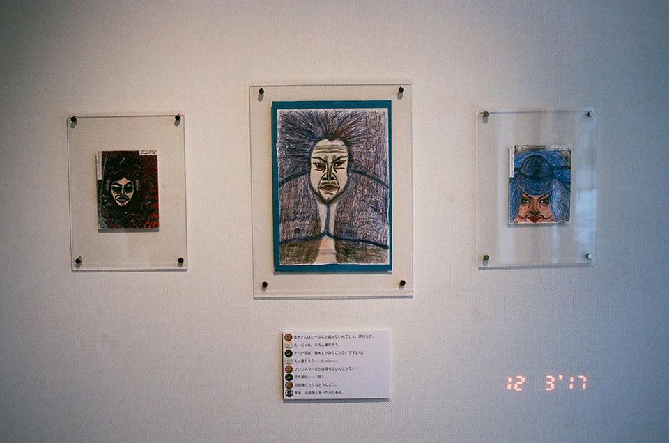 (写真について)「青木尊とプロレスラー」から、2004年頃の作品。青木さんは、悪役として振舞うプロレスラーを好んで描く