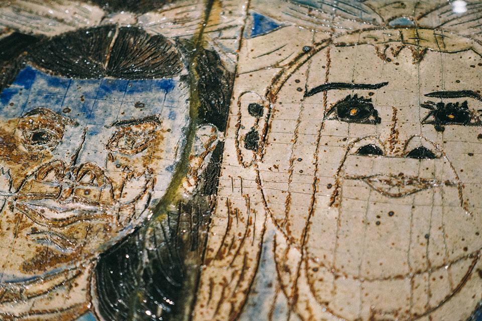 (写真について)陶器の作品も展示されているが、モチーフはもちろん絵と一緒。八代亜紀とうららちゃんである