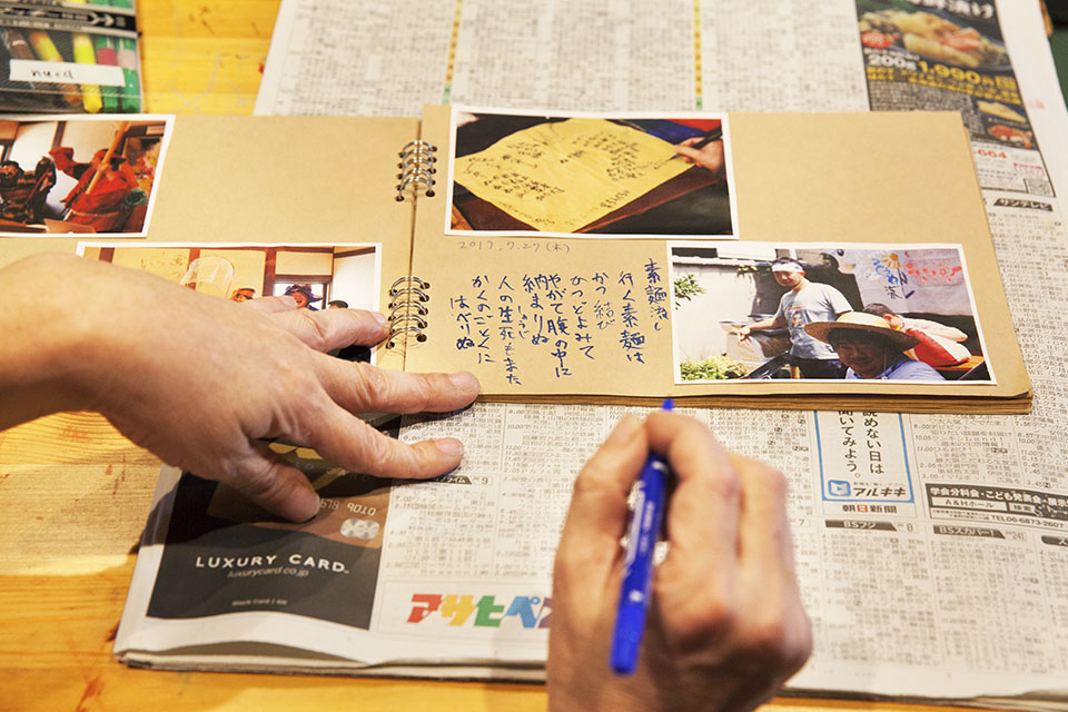 (写真について)月に30冊以上もの本を読む読書家の戸田雅夫さん。新聞を読んで気になった言葉を書き込んだり、写真に気の利いた言葉をつけるのが得意。