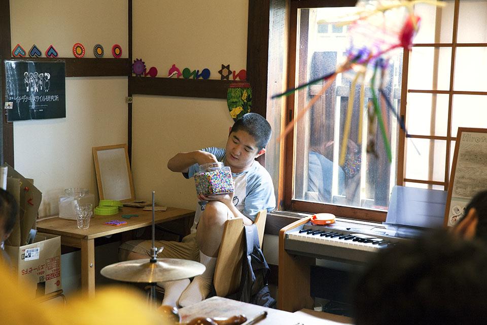 (写真について)絵を描いたりアイロンビーズをするのが好きな市田誠さん。