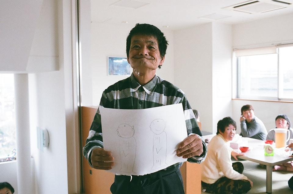 (写真について)できあがった作品を見せてくれる平澤吉ニさん。