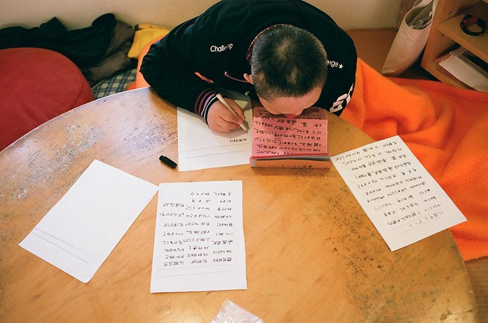 (写真について)プロレスの対戦カードや昼食メニューなど、佐久間繁さんの書く文字が卓上にもはみ出す。