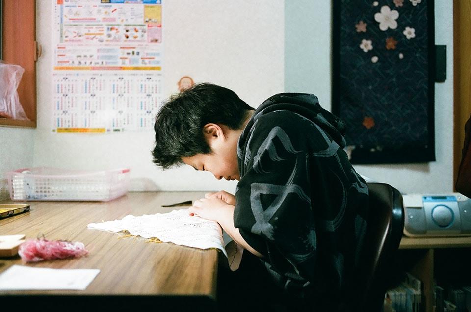 (写真について)スピーディに刺し子をする松崎妙子さん。壁にかかっている作品も松崎さんによるもの。