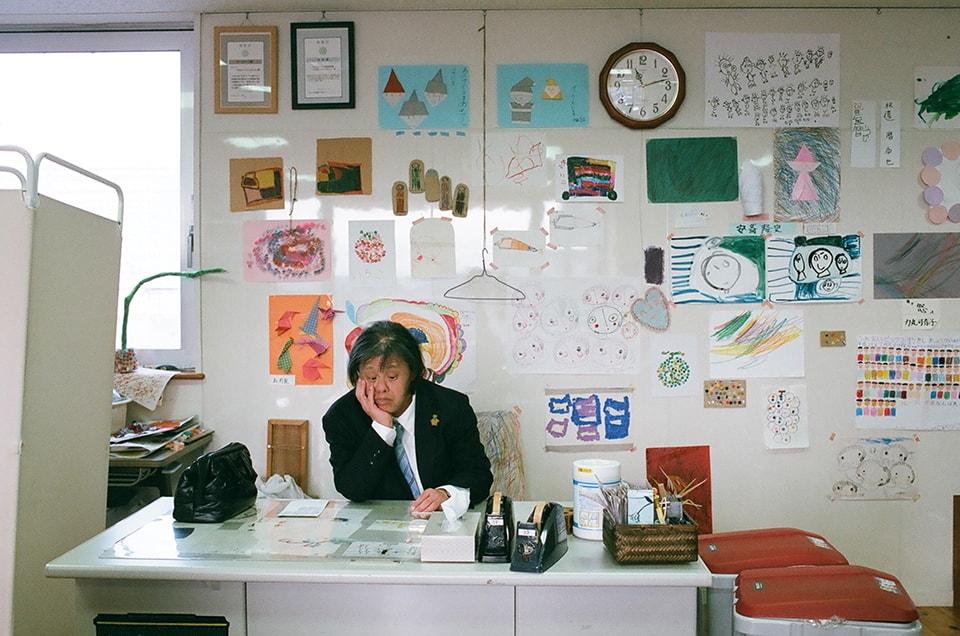 (写真について)伊藤峰尾さん専用のワーク・デスクはこちら。スーツ姿もキマっている。