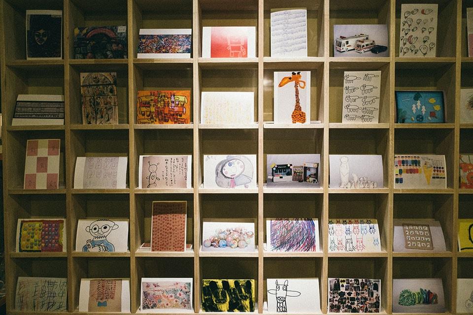 (写真について)残しておきたい作品をスタッフが選び、ポストカードにした「unico collection 50」。