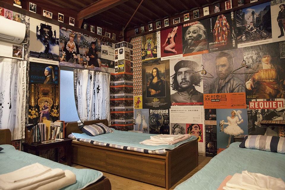 (写真について)釜ヶ崎芸術大学の芸術の講師も務める現代美術家・森村泰昌と、鹿児島出身の日雇い労働者・坂下範征の出会いの部屋「Our Sweet Home」。坂下の言葉を収集し、釜ヶ崎ゆかりの人たちで書にしたためた。