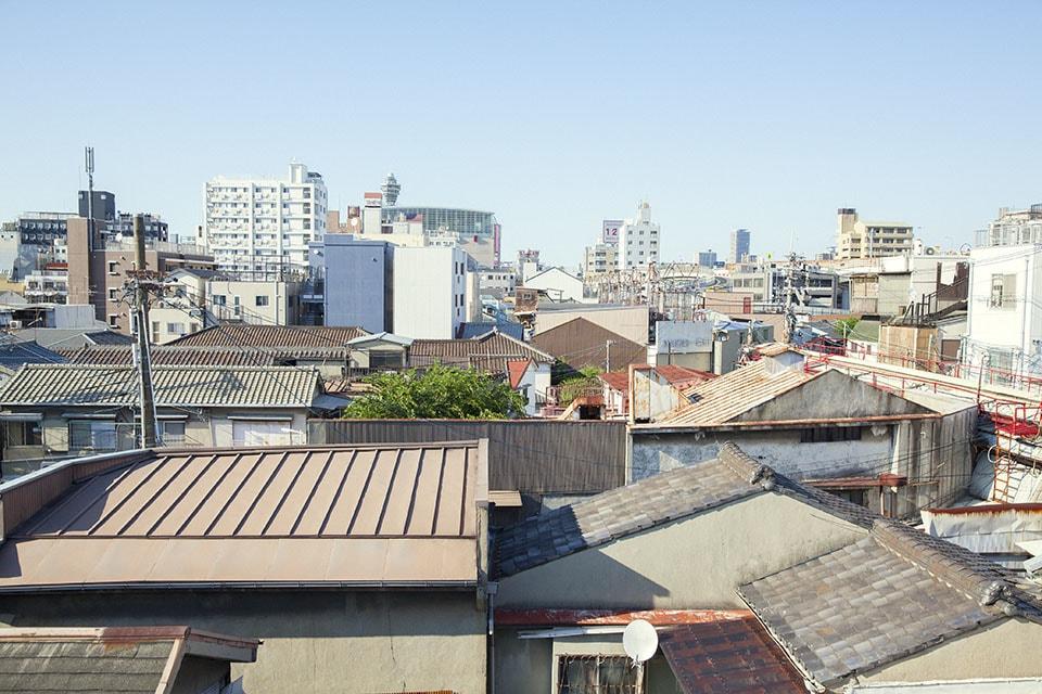 (写真について)大阪市西成区「ココルーム」屋上から、釜ヶ崎を望む。
