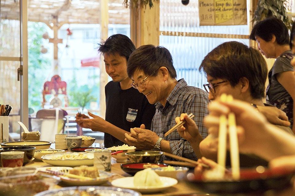 (写真について)スタッフと宿泊客、時にはふらりと立ち寄った近所の人たちが一緒に食べることもあるまかないごはん。
