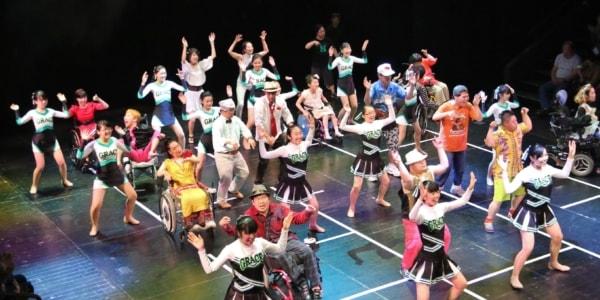 ダンス集団コンドルズ主宰の近藤良平と埼玉県の障害のある方たちでつくるダンスカンパニー「ハンドルズ」。初の遠征公演を金沢で開催