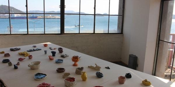 セラミックレーベルSHOKKIが障害者支援事業所とコラボレーションした展覧会を岡山県・宇野港で開催